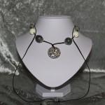 Collier noir blanc perles en céramique médaillon bois