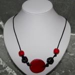 Collier rouge et noir perle médaillon céramique