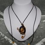 Collier pierre noir et doré     15€