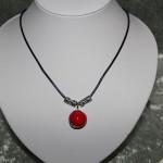 Collier perle rouge céramique et métal     15€