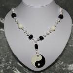 Collier blanc noir noeud chinois perles médaillon céramique    22€