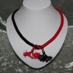 Collier rouge et noir noeud macramé     18€