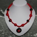Collier rouge et noir noeud macramé perles en céramique   22€