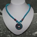Collier turquoise et rouge noeud chinois médaillon en céramique    22€