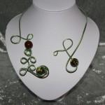 Collier vert et perles en céramique   22€