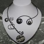 Collier noir et argent, médaillon et perle céramique   22€