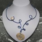 Collier bleu médaillon céramique blanche nacrée    20€