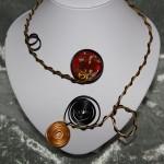 Collier noir et or 2 fils, médaillon résine rouge incrustée   22€