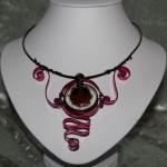 Collier noir et rose, médaillon résine incrustée   22€