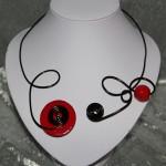 Collier noir et céramique rouge   15€