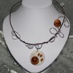 Collier marron,argent et médaillon céramique blanche  nacrée