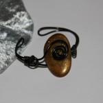 Bracelet noir pierre doré   12€